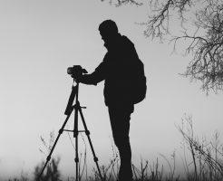 撮影する男性